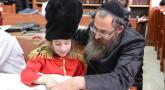 Pourim : enfant déguisé étudie avec Papa