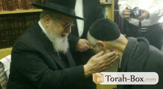 Rav Yaakov Yossef, malade, bénit par son père Rav Ovadia